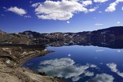 Le lac Oskjuvatn dans les montagnes de l'Islande photographie stock