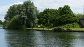 Le lac par la route image stock