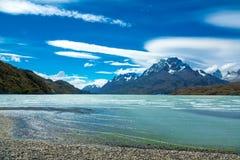 Le lac Pehoe et les montagnes de Guernos aménagent en parc, parc national Torres del Paine, Patagonia, Chili, Amérique du Sud Image stock