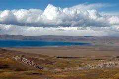 Le lac plateau sous le ciel bleu Images stock