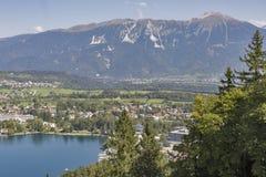 Le lac a saigné avec la gamme de montagne de Karawanks en Slovénie images stock