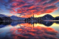 Le lac a saigné, l'église de l'acceptation de Vierge Marie, île saignée, Slovénie - lever de soleil Images stock