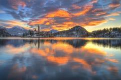 Le lac a saigné, l'église de l'acceptation de Vierge Marie, île saignée, Slovénie - lever de soleil Image stock