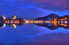 Le lac a saigné, l'église de l'acceptation de Vierge Marie, île saignée, Slovénie - photo de nuit Photographie stock