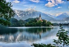 Le lac a saigné l'île avec une église Image libre de droits