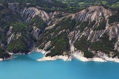 Le lac Serre-Poncon encaisse dans le Hautes-Alpes, France Photographie stock libre de droits