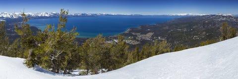 Le lac Tahoe panoramique donnent sur en hiver photo stock