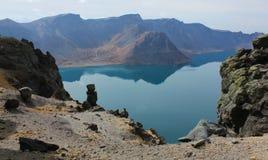 Le lac Tianchi dans le cratère du volcan. Image libre de droits