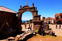 Le Lac Titicaca le Pérou habitante locale de femme le 15 septembre 2013/A images libres de droits