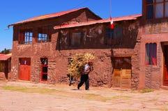 Le Lac Titicaca le Pérou habitante locale de femme le 15 septembre 2013/A photographie stock libre de droits