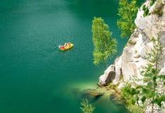 Le lac vert de piskovna dans la ville de roche d'Adrspach, Teplice bascule, République Tchèque photos stock
