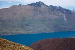 Le lac Wakatipu et montagnes près de Queenstown au Nouvelle-Zélande photos stock