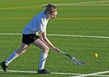 Le Lacrosse des femmes atteignant pour la bille Images libres de droits