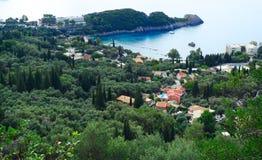 Le lagune blu di Paleokastritsa costeggiano il mare ionico del paesaggio su Corfù immagine stock libera da diritti