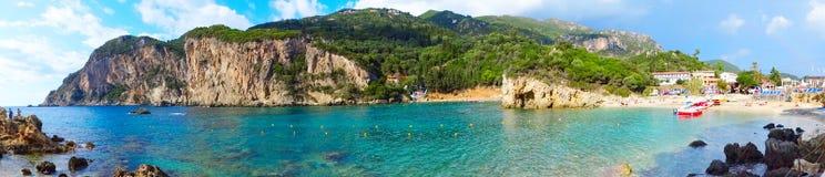 Le lagune blu di Paleokastritsa costeggiano il mare ionico del paesaggio su Corfù fotografie stock
