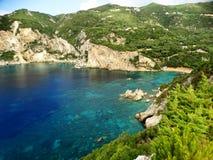 Le lagune blu di Paleokastritsa costeggiano il mare ionico del paesaggio su Corfù immagini stock