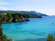 Le lagune blu di Paleokastritsa costeggiano il mare ionico del paesaggio su Corfù fotografie stock libere da diritti