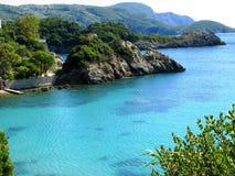 Le lagune blu di Paleokastritsa costeggiano il mare ionico del paesaggio su Corfù fotografia stock libera da diritti