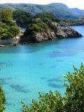 Le lagune blu di Paleokastritsa costeggiano il mare ionico del paesaggio su Corfù fotografia stock