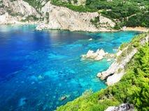 Le lagune blu di Paleokastritsa costeggiano il mare ionico del paesaggio su Corfù immagini stock libere da diritti