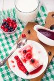 Le lait caillé est dessert images stock