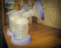 Le lait d'Expresed 5 jours après mère a livré le bébé, colostrum changeant en un lait image stock