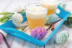 Le lait de poule, le dessert de guimauve et l'eustoma blanc fleurit Pâques Co Image libre de droits