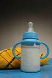 Le lait des enfants photographie stock