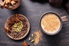 Le lait doux indien chaud traditionnel de latte de Chai de thé de Masala a épicé la boisson, noix de muscade, gingembre, bâtons d photo stock