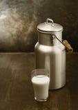 Le lait en métal peut avec la glace de lait frais Photos libres de droits