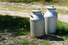 Le lait met en boîte des cruches dans une ferme Image stock