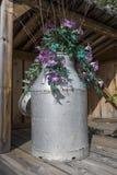 Le lait peut avec des fleurs Photo libre de droits