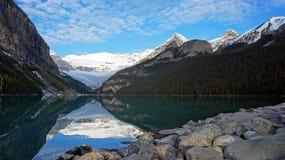 Le Lake Louise et la Victoria Glacier magnifiques Images stock