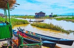 Le lakescape avec des canoës, Ywama, Myanmar photo libre de droits