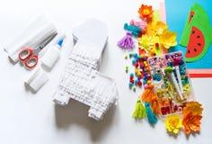 Le lama mexicain de Pinata du cinco De Mayo de Diy a fait le carton et le papier de cr?pe vos propres mains sur un fond blanc
