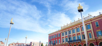 Le lampade d'ardore della statua con il fondo della finestra su Massena quadrano Nizza in Cote d'Azur, Francia Fotografia Stock Libera da Diritti