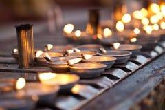 Le lampade di olio allineano la centrale circondante della parete di preghiera Fotografia Stock Libera da Diritti