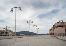 Le lampade di via nel villaggio di Oliena, provincia di Nuoro, Sardegna, Italia immagine stock