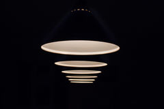 Le lampade sopra la tavola di biliardo splendono nello scuro immagini stock