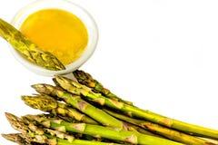Le lance dell'asparago aspettano per essere immerse in burro Fotografia Stock Libera da Diritti