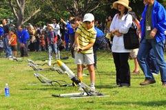 Le lancement de Rocket par des enfants pendant le JAXA s'ouvrent-hous images stock