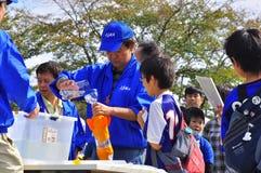 Le lancement de Rocket par des enfants pendant le JAXA s'ouvrent-hous photos stock
