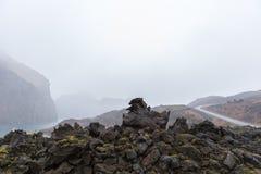 Le landcape brumeux a formé par l'éruption 1973 du volcan d'Eldfell dans Heimaey, îles de Westman, Islande photo stock