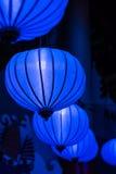 Le lanterne cinesi blu variopinte in Tivoli parcheggiano, Copenhaghen Fotografia Stock Libera da Diritti