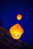 Le lanterne cinesi volano su altamente nel cielo Fotografia Stock Libera da Diritti