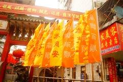 Le lanterne d'attaccatura di Xixiang Pak Tai Temple e le bandiere variopinte, aspettano per effettuare la celebrazione Fotografie Stock