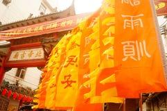 Le lanterne d'attaccatura di Xixiang Pak Tai Temple e le bandiere variopinte, aspettano per effettuare la celebrazione Fotografia Stock