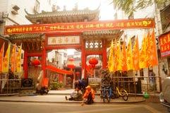 Le lanterne d'attaccatura di Xixiang Pak Tai Temple e le bandiere variopinte, aspettano per effettuare la celebrazione Immagini Stock Libere da Diritti