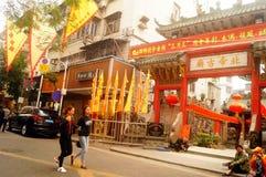 Le lanterne d'attaccatura di Xixiang Pak Tai Temple e le bandiere variopinte, aspettano per effettuare la celebrazione Immagine Stock