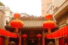 Le lanterne d'attaccatura di Xixiang Pak Tai Temple e le bandiere variopinte, aspettano per effettuare la celebrazione Fotografie Stock Libere da Diritti